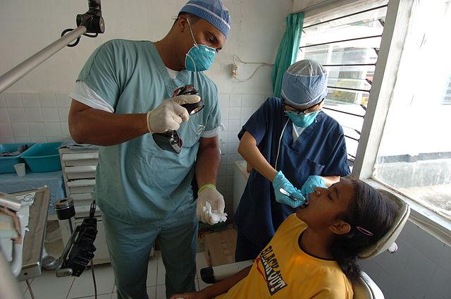Atención dental en Indonesia después del terremoto de 2004. Personal naval de los EUA.