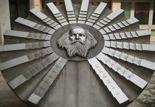 Mendeléiev y la tabla periódica. Monumento en Bratislava.